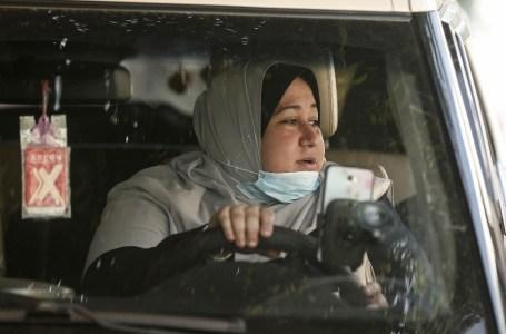 Nayla Abou Jubbah au volant de son véhicule taxi, roulant dans la bande de Gaza, le 17 novembre 2020. MAHMUD HAMS / AFP