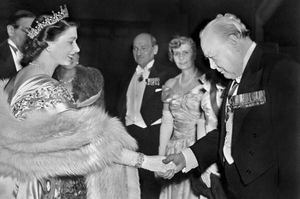 La princesse Elizabeth de Grande-Bretagne (couronnée en 1953) accueille Winston Churchill lors d'une réception au Guildhall, le 23 mars 1950 à Londres.