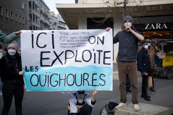 Ouïghours : plainte des ONG contre des marques de vêtements