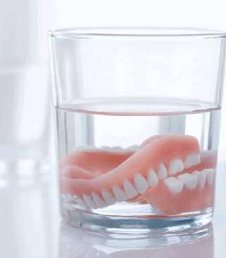Prothèse dentaire dans un verre d'eau