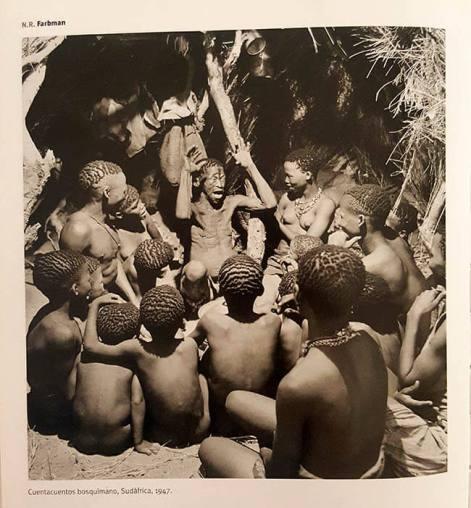 Ejemplo de literatura oral en una fotografía de Nat Farbman a un grupo de bosquimanos