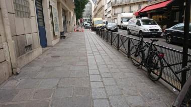 Mon vélo attaché... à une barrière