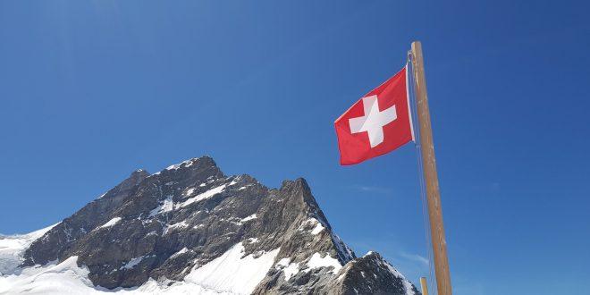 drapeau suisse avec montagne
