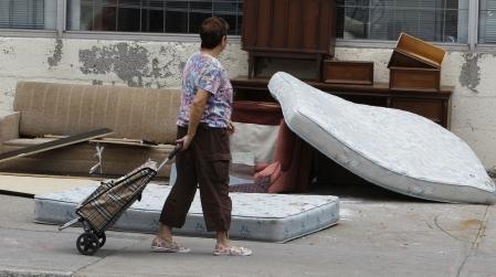 Les punaises se propagent d'une habitation à une autre notamment par la récupération de meubles contaminés abandonnés par des citoyens.