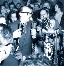 <div> La commission Caron, qui a pris fin en 1953, a permis à Jean Drapeau d'être élu maire de Montréal en 1954 (ci-dessus). On le voit ici en compagnie de René Lévesque, alors journaliste à Radio-Canada.</div>