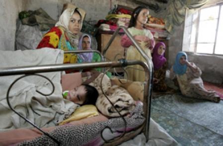 Une famille dans un camp de réfugiés près de Bagdad. Les civils sont les premières victimes innocentes de la guerre qui se poursuit en Irak.