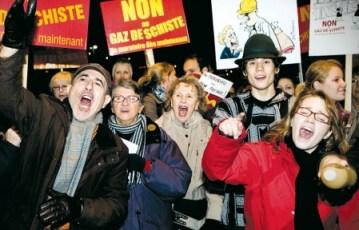 Des dizaines de personnes manifestaient contre l'éclosion de la filière des gaz de schiste, en octobre dernier, en marge des consultations du Bureau d'audiences publiques en environnement (BAPE) sur le développement durable de cette industrie au Québec.<br />