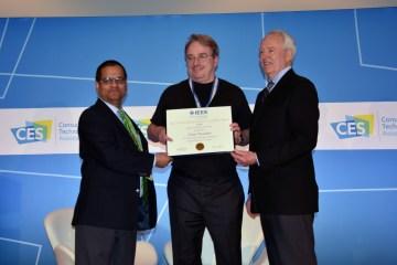 Linus Torvalds reçoit une récompense de l'IEEE à l'ICCE 2018