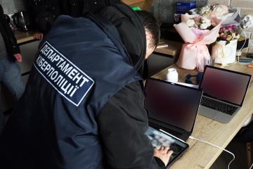 Un cyberpolicier ukrainien examine le contenu d'un ordinateur saisi