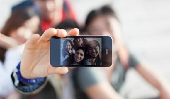 Selfie mania: quando scompare il mestiere del ritrattista Esagerato fanatismo e bisogno di gloria: il selfie rappresenta ciò che le persone sono