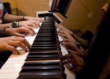 quatre-mains spelen op de piano