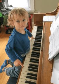 Kind speelt piano