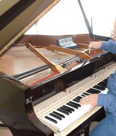 Pianostemmer aan het werk