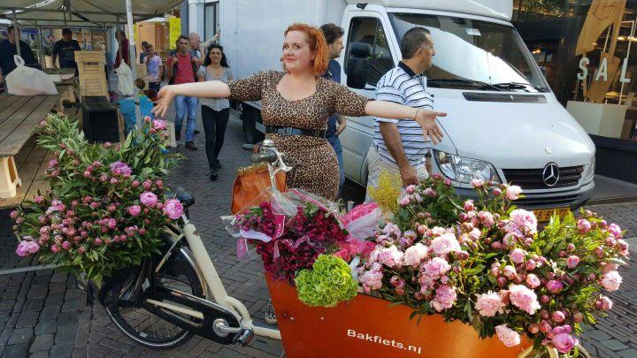 bakfiets vol bloemen voor bloemenjurk