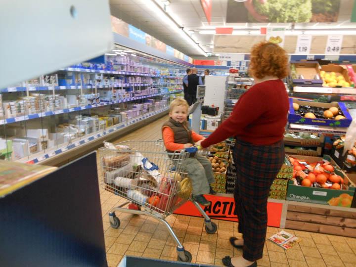 LeesVoer kleuter met een camera kleuterplog plog supermarkt-27