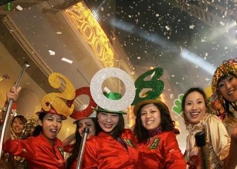 <b>16h51, Hong-Kong. </b>Ces jeunes filles portent haut et fort les couleurs de 2008.