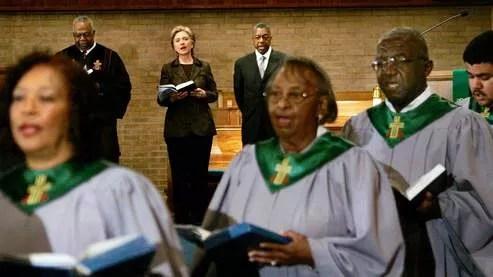 Hillary Clinton chante dans une église presbytèrienne dimanche.
