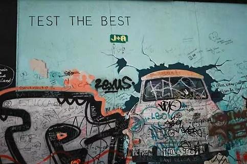 Devenue méconnaissable, la fresque «Test the Best» est l'une des plus connues. Ses couleurs sont délavées par le temps et elle est recouverte de tags. Des colonnes de Trabant pétaradantes, la voiture emblématique du régime est-allemand, surnommée Trabi, ont traversé le mur après le 9 novembre. Dans l'ivresse de l'ouverture, plusieurs d'entre elles, ainsi que leurs passagers, ont succombé à des accidents quelques heures après avoir testé la liberté. Aujourd'hui, il est possible de visiter Berlin Est en «Safari trabi».