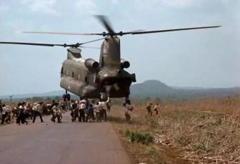 Guerre du Viet Nam, Viet Nam du Sud, 1975. Après la chute de Saïgon aux mains des forces nord-vietnamiennes, des militaires sud-vietnamiens et leurs familles cherchent désespérément à être évacués