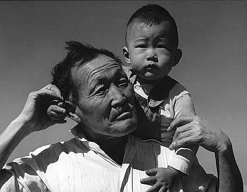 Manzanar, California, grand-père et petit fils, 3 juillet 1946, quand les Japonais d'Amérique sont emprisonnés après Pearl Harbor, reportage inédit de Dorothea Lange. (Dorothea Lange)