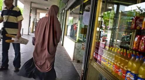Une femme vêtue d'une burqa à Vénissieux, près de Lyon. Les parlementaires réclament une évaluation plus précise du nombre de personnes portant un voile intégral.