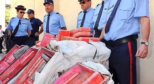 Des douaniers posent le 29 mai 2009 à Montpellier devant les 684 kg de cocaïne saisie deux jours plus tôt près de Montpellier.