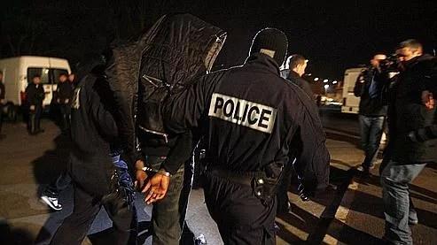 Arrestation à Villiers-le-Bel. Outre le trafic de drogue et le recel de véhicules volés, le millier de clans qui tient l'économie des quartiers en France investit dans la contrefaçon.