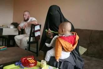 En présence d'hommes étrangers à la famille, ou face à un appareil photo, Fatima porte le voile, même chez elle. Mais ce sont les mêmes gestes du quotidien, ceux d'une mère douce et attentive avec ses enfants.