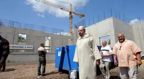 L'imam Mohamed Moussaoui visite une mosquée en construction à Strasbourg, en mai 2009.