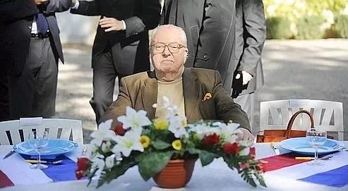 Le président du Front national, chef de file du parti pour les régionales en Provence-Alpes-Côte-d'Azur (PACA), patiente à table, le 17 octobre 2009 à Cuers, lors de sa première réunion de campagne dans le Var.