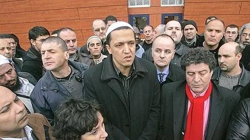 L'imam Hassen Chalghoumi, au centre sur la photo, a comparé la burqa à «une prison pour les femmes». Crédits photo : AP