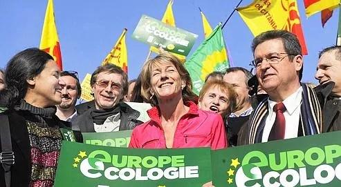 Laurence Vichnievsky (au centre), entour�e de ses colistiers et de militants, lors du lancement de la campagne d'Europe �cologie le 23 janvier, � Marseille.