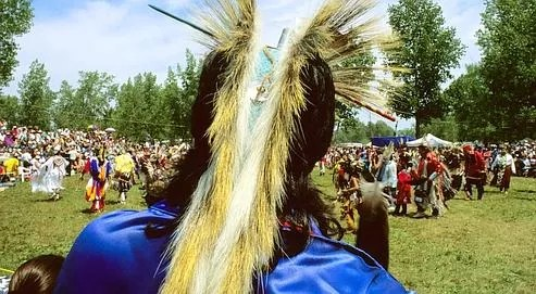 Un danseur portant une coiffe appelée Porcupine (porc-épic), faite en crin de cheval pendant le Pow Wow, (festival de danse indienne traditionnelle), dans la réserve de Kahnawake, près de Montréal.