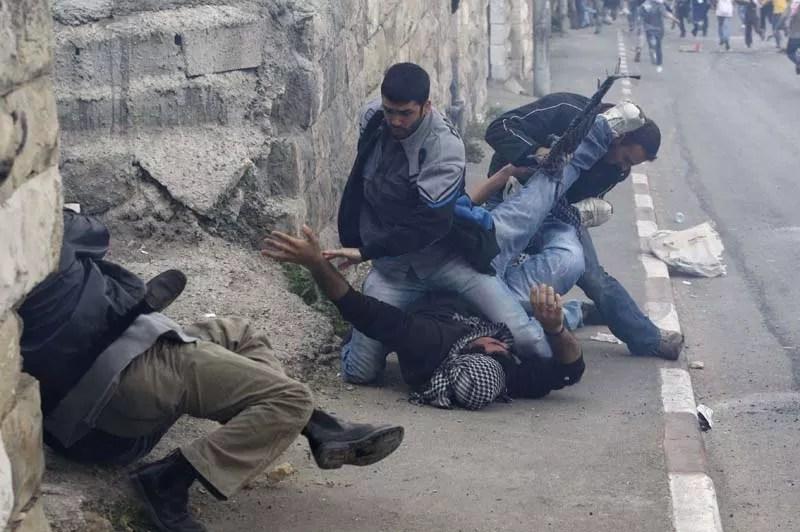 Des policiers israéliens plaquent au sol un palestinien lors d'une manifestation à Jérusalem, mardi 16 mars, décrété ''jour de colère'' par le Hamas pour protester contre l'inauguration d'une nouvelle synagogue dans le quartier juif de la Vieille ville.