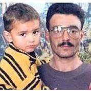 Ali Sibat avec un de ses enfants. Crédit photo : capture Skynews.