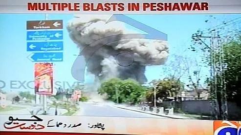Capture d'écran de la chaîne Géo News montrant le panache de fumée au dessus de Peshawar après les explosions.
