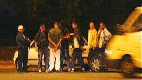 Des policiers de la BAC en civil arrêtent des jeunes, à Grigny en 2002.