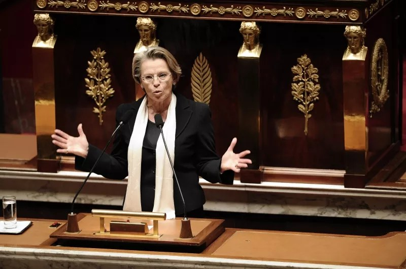 Âgée de 63 ans, la Garde des Sceaux Michèle Alliot-Marie a confirmé les propos de Roselyne Bachelot, en affirmant avoir choisi de liquider sa retraite de parlementaire après plus de 20 ans de cotisations (depuis 1986, ndlr).  Il n'y a aucune obligation pour un ministre, un sénateur ou un député de liquider sa retraite lorsqu'il atteint la barre des 60 ans. S'il le fait, la pension est calculée au prorata des annuités, dans la limite d'un plafond de quarante annuités (41 en 2012). Chacun a donc le choix, comme la loi l'y autorise, entre toucher sa retraite ou continuer à cotiser. Dans ce dernier cas, un membre du gouvernement cotise à la fois au régime général et à la caisse des parlementaires.