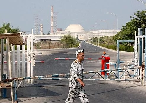 Un garde iranien, vendredi, devant la centrale nucléaire de Bouchehr.
