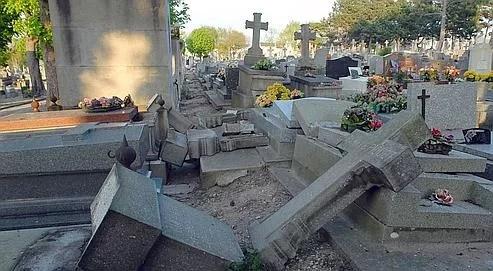 Photo prise le 22 avril 2007 de tombes ayant été endommagées dans la nuit du 21 au 22 avril 2007 dans l'un des principaux cimetières du Havre.