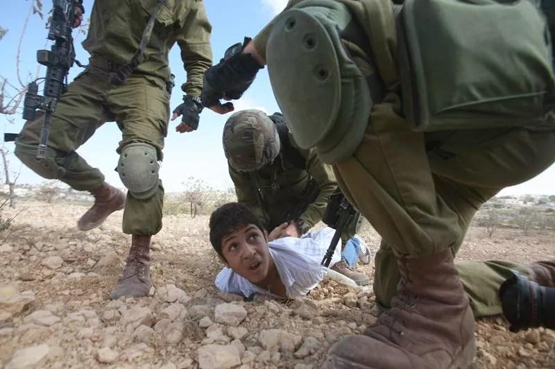 Ce jeune Palestinien est arrêté par des soldats israéliens pour leur avoir lancé des pierres lors d'une manifestation à Hébron, en Cisjordanie, samedi 23 octobre.