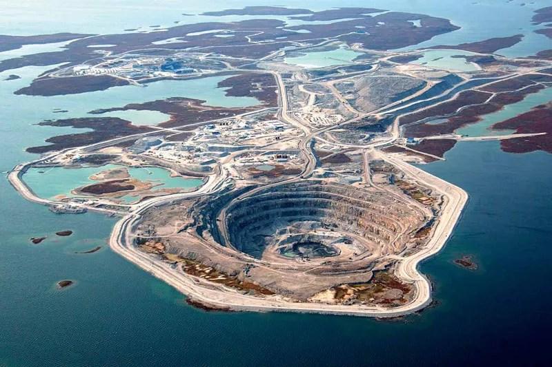 Ce cratère lacustre est en réalité une mine de diamants à ciel ouvert, photographiée ici en plein été, mais actuellement cernée par la glace puisqu'elle se trouve dans les territoires du Nord-Ouest canadien, à moins de 200 kilomètres du cercle arctique. (Rio Tinto PLC/Handout/EPA/Maxppp)