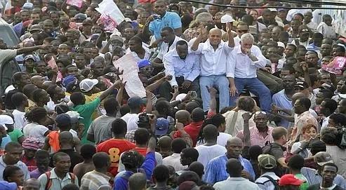 Wyclef Jean, star mondiale du hip-hopaux côtés de Michel Martelly et de Charles Henri Baker (de gauche à droite), deux candidats à l'élection, dimanche,lors d'un mouvement de protestation pacifique en faveur de l'annulation du scrutin.