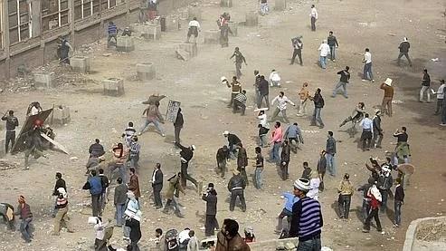 Affrontements place Tahrir, jeudi après-midi.