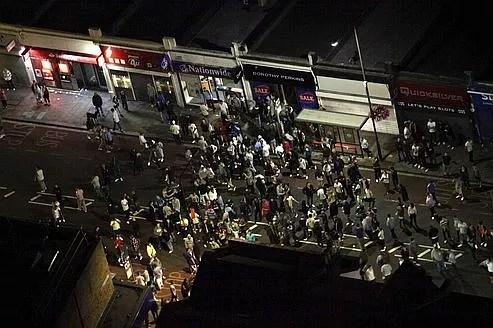 Des émeutiers se réunissent dans le sud-est de Londres mardi soir.