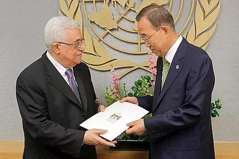 Le président de l'Autorité palestinienne Mahmoud Abbas remet sa demande d'adhésion au secrétaire général de l'ONU Ban Ki-moon.