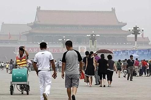 Depuis trois jours, Pékin est plongée dans un épais nuage, aussi gris que nauséabond. (Illustration).