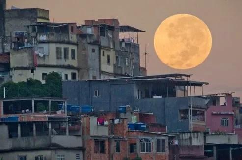 Le bidonville de Rio de Janeiro baigné par la lumière de la «super pleine lune», dimanche 6 mai 2012.