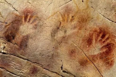 Les mains réalisées au pochoir avec de la poudre d'ocre de la grotte d'El Castillo en Espagne <br/>ont été réalisées il y a au moins 37 300 ans.