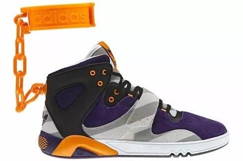 Les baskets Adidas JS Roundhouse Mids qui suscitent la polémique.
